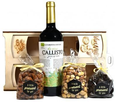 Луксозна подаръчна кутия с вино и ядки